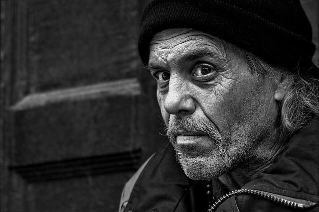 bezdomovec s čepicí