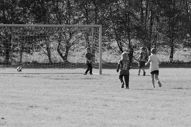 děti hrají fotbal.jpg